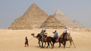 Les pyramides de Gizeh, près du Caire.