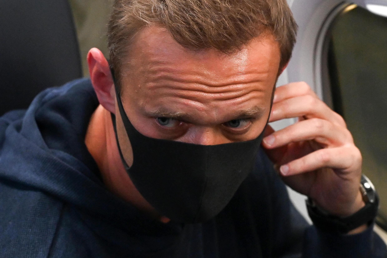 El opositor ruso Alexéi Navalni en el avión que aterrizó en Moscú el 17 de enero de 2021