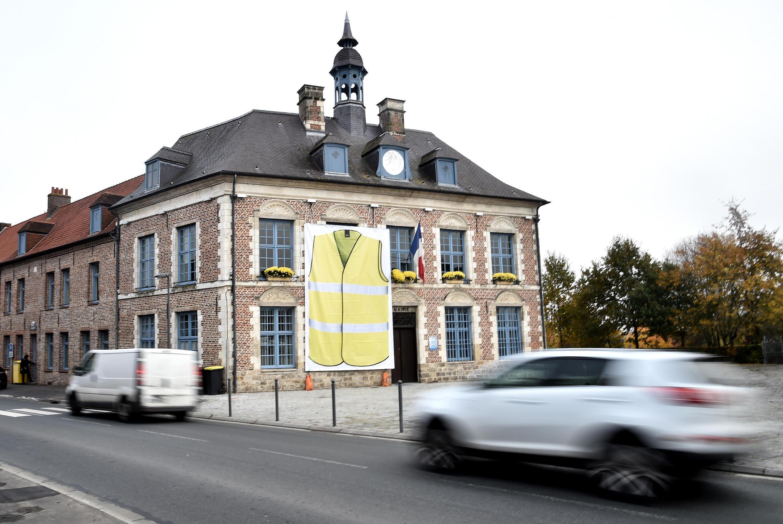 Le maire de Morbecque, dans le nord de la France, a installé une affiche géante d'un gilet jaune sur la devanture de la mairie de sa ville.