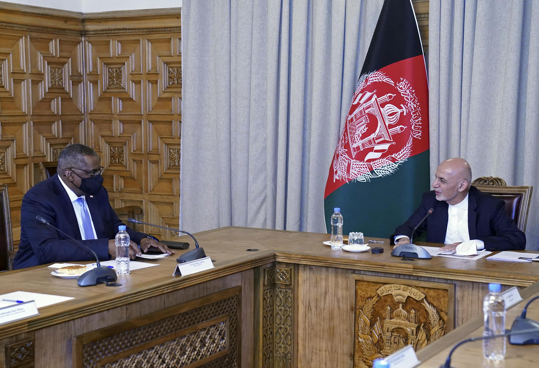 លោករដ្ឋមន្រ្តីការពារជាតិអាេមរិក ពេលជួបជាមួយលោក ប្រធានាធិបតីអាហ្វហ្កានីស្ថាន Ashraf Ghani នៅក្រុងកាប៊ូល ថ្ងៃទី ២១មីនា ២០២១