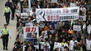 «Non aux enlèvements politiques», ont scandé les manifestants rassemblés à Hong Kong, dimanche 10 janvier 2016.