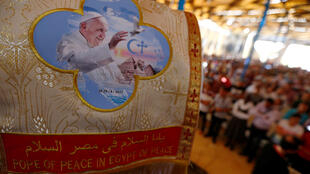 圖為埃及開羅天主教與科普特教信眾為歡迎方濟各到訪張結綵旗