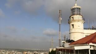 Le phare des Mamelles est le point culminant de Dakar. La nuit venue, sa lumière brille à 147 mètres au-dessus du niveau de la mer et est visible à une cinquantaine de kilomètres à la ronde.