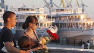 Семья с цветами в речном порту Казани