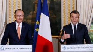 O presidente francês, Emmanuel Macron (direita), e o presidente do Banco Mundial, Jim Yong Kim, no dia 6 de julho no Palácio do Eliseu.