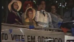 """Captura vídeo da novela """"O Bem Amado"""" (comício de Odorico Paraguassu)."""