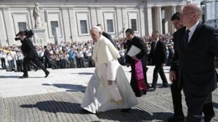 Папа Римский Франциск на площади Св. Петра в Ватикане 04/09/2013