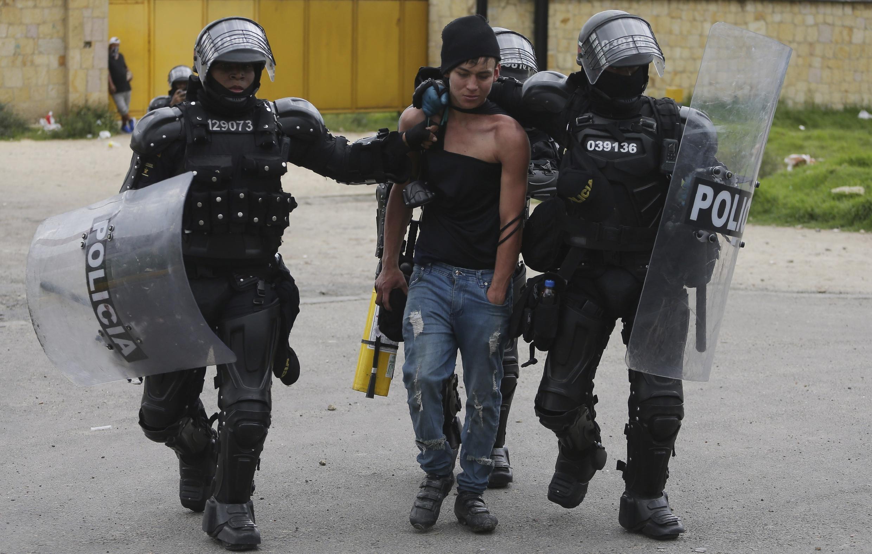 Un manifestante antigubernamental es detenido por la policía en Gachancipa, Colombia, el viernes 7 de mayo de 2021.