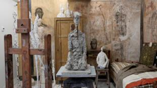 Vue de la sculpture « Buste d'homme assis) (Lotar III, 1965-1966) dans la reconstruction de l'atelier d'Alberto Giacometti à l'Institut Giacometti à Paris.