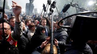 Emmanuel Macron entouré par la presse à son arrivée à l'usine Whirlpool d'Amiens ce 26 avril 2017.
