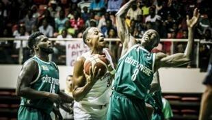Le Camerounais Kenneth Kadji face aux Ivoiriens, en qualifications pour l'AfroBasket 2021.