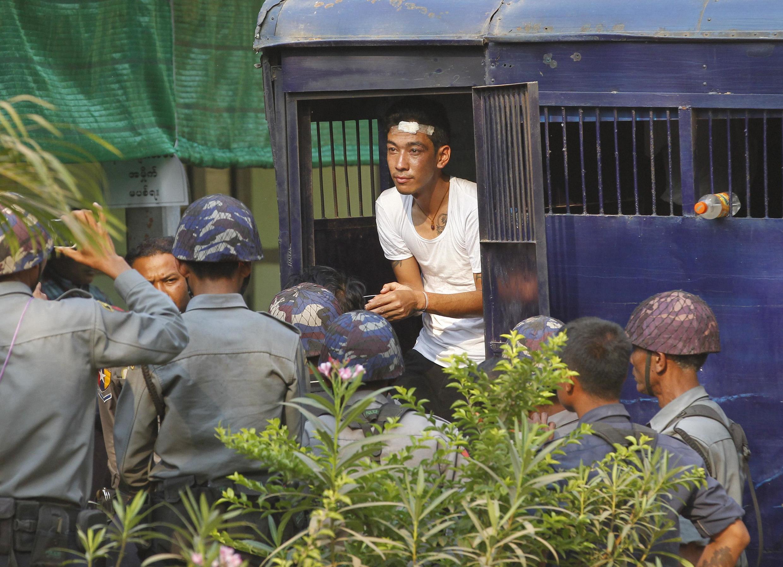 Một sinh viên bị cảnh sát bắt đưa đến tòa án ở Letpadan, ngày 11/03/2015