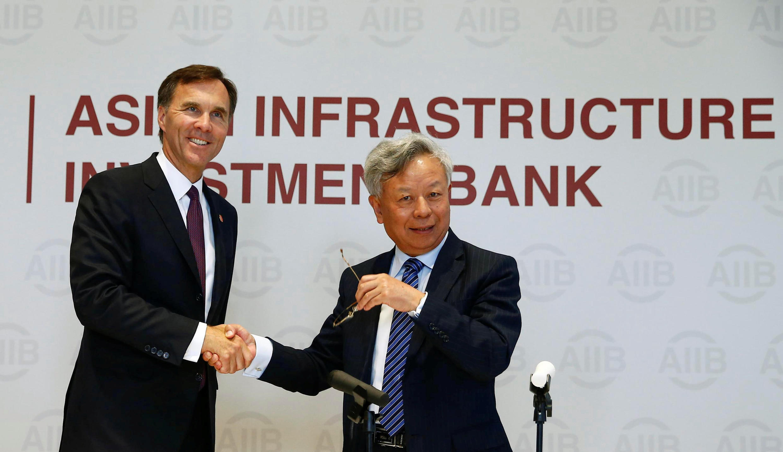 圖為加拿大財長與亞投行行長金立群在加拿大申請加入亞投行新聞發布會上