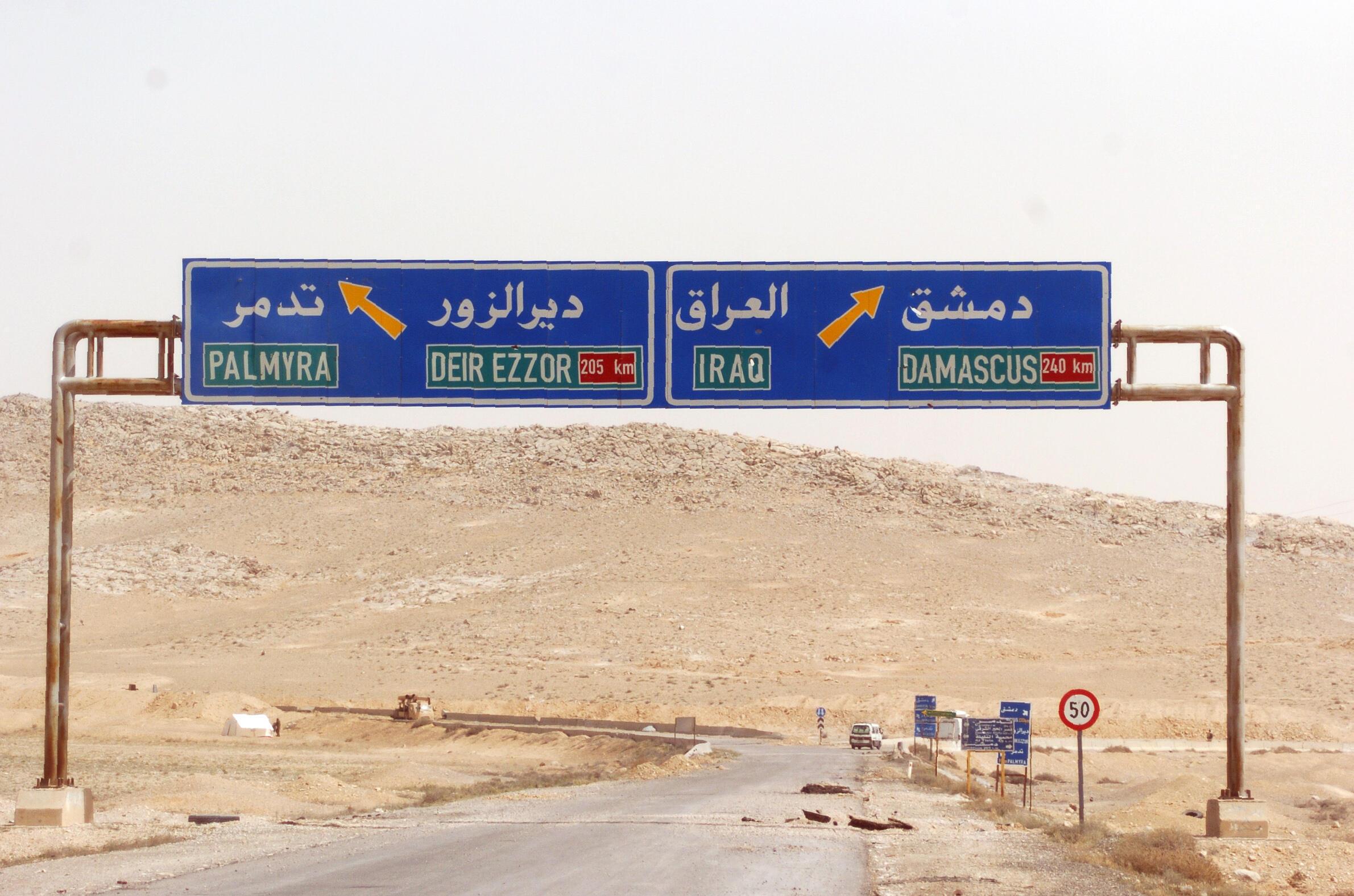 Một con đường dẫn vào thành phố cổ Palmyra.