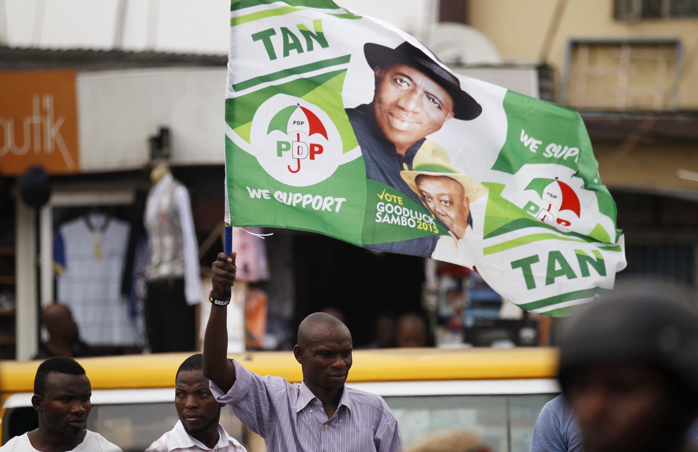 Un homme brandit un drapeau de Goodluck Jonathan, lors d'un meeting de Jimi Agbaje, le 3 février 2015.