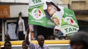 Un homme brandit un drapeau de Goodluck Jonathan lors d'un meeting de Jimi Agbaje, le 3 février.