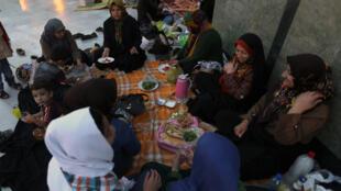 Rupture du jeûne près d'une mosquée du nord de Téhéran.