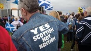 Homem veste jaqueta a favor da independência da Escócia