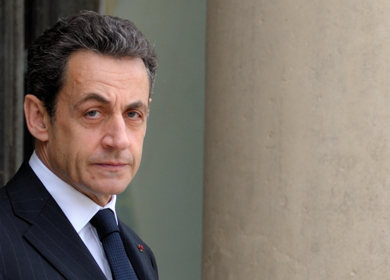 O presidente francês Nicolas Sarkozy aguarda convidado nesta quarta-feira, no Palácio do Eliseu, em Paris.