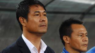 Huấn luyện viên Nguyễn Hữu Thắng (T) một trong những ông thầy nội của bóng đá Việt Nam cũng phải rời bỏ đội tuyển không thành công nào. Ảnh chụp ngày 07/12/2016 trên sân vận động Hà Nội