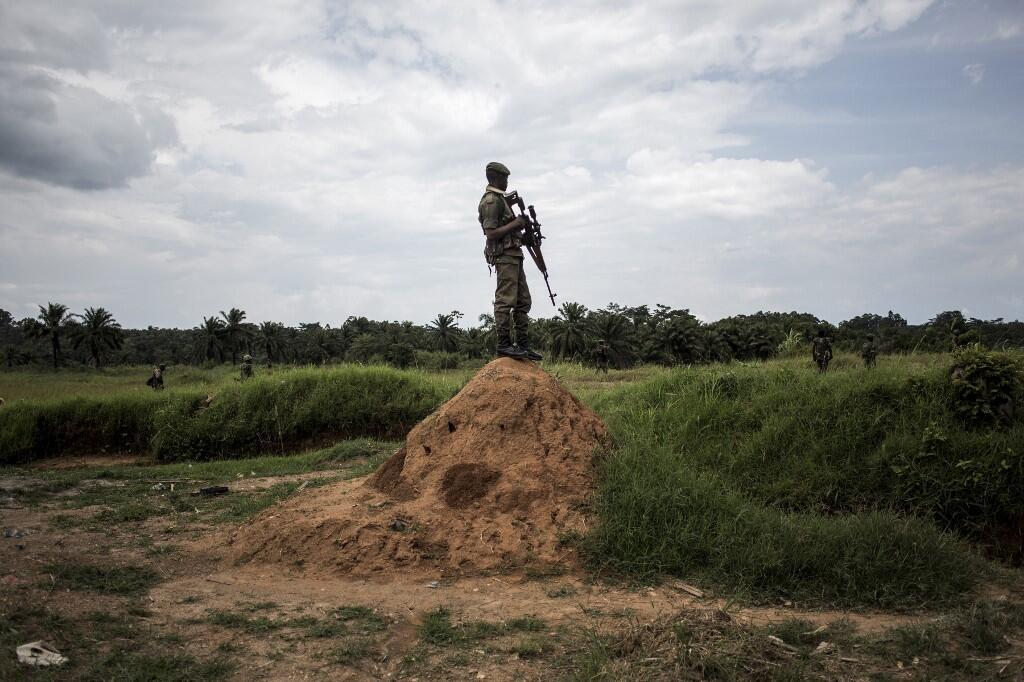 Un membre des FARDC monte la garde à l'extérieur d'Oïcha, dans le territoire de Beni. (image d'illustration)