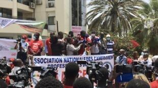 Manifestation de journalistes et professionnels des médias devant le ministère de la Communication à Dakar, le 3 mai 2021.