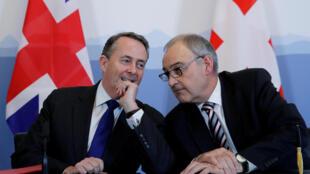 Le ministre britannique du Commerce extérieur Liam Fox (g) et le ministre suisse de l'Economie Guy Parmelin, ce lundi 11 février 2019 à Berne.
