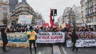 Boulevard du Montparnasse, à Paris, le 20 février 2020. Des milliers de manifestants défilent contre la réforme des retraites.