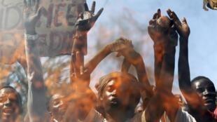 Accrochages à Bujumbura entre les forces de l'ordre et les opposants à un troisième mandat du président Pierre Nkurunziza, le 28 avril 2015.