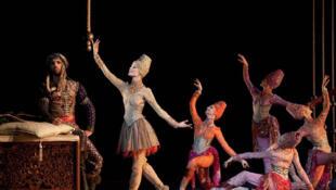 Alexis Renaud (le Khan), Charline Giezendanner (Dadjé) et les odalisques. Palais Garnier, 2011