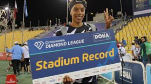 La venezolana Yulimar Rojas celebra después de establecer un récord de estadio en la final de triple salto femenino durante la reunión de atletismo de la Liga Diamante en el estadio del Qatar Sports Club, en la capital Doha, el 28 de mayo de 2021.