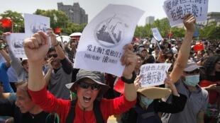 上海民众示威游行反对兴建电池厂  2013年5月1日上海松江区