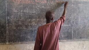Un maître d'école dans une classe de Kolofata, Cameroun (illustration).