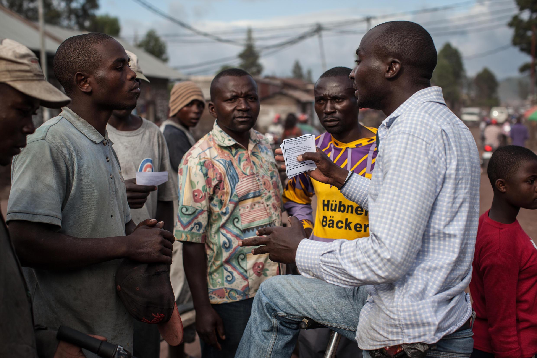 Un membre de La Lucha distribue des tracts pour soutenir la cause du mouvement citoyen, le 24 avril 2015, à Goma (photo d'illustration).