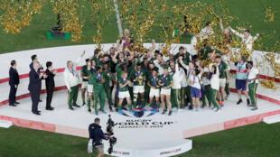 Stade international de Yokohama, au Japon. Le Sud-Africain Siya Kolisi soulève la Coupe Webb Ellis alors que les Springboks célèbrent leur victoire en finale de la Coupe du monde de rugby, le 2 novembre 2019.