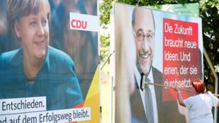 Poster (E) da campanha à reeleição de Angela Merkel