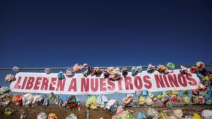 Une bannière accrochée sur une clôture proche d'un camp pour adolescents migrants au Texas, près de la frontière mexicaine, le 12 janvier 2019. «Libérez nos enfants», peut-on y lire.