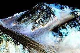 Imagem divulgada pela NASA ilustra descoberta de água salgada em Marte