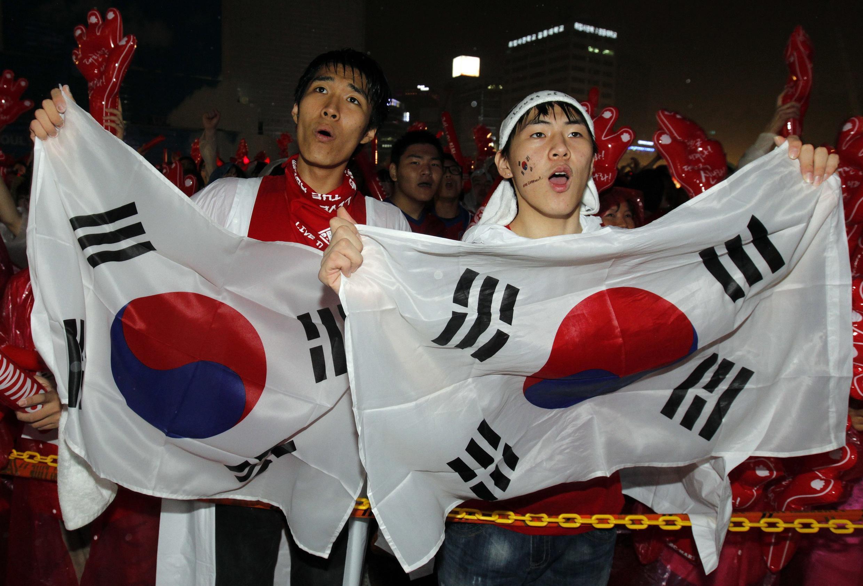 Niềm vui sướng của các cổ động viên Hàn Quốc sau thắng lợi của đội nhà 12/6/ 2010.