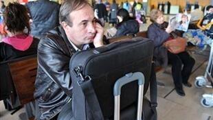 Des passagers bloqués à l'aéroport d'Orly près de Paris.