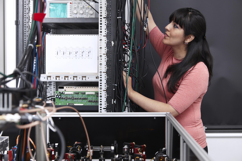 Karina Jiménez García trabajando en su laboratorio en el Institut du Physique du Collège de France (Laboratoire Kastler Brossel).