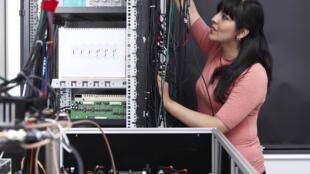 Karina Jiménez García trabajando en su laboratorio en el Instituto de Física del Colegio de Francia (Laboratoire Kastler Brossel).
