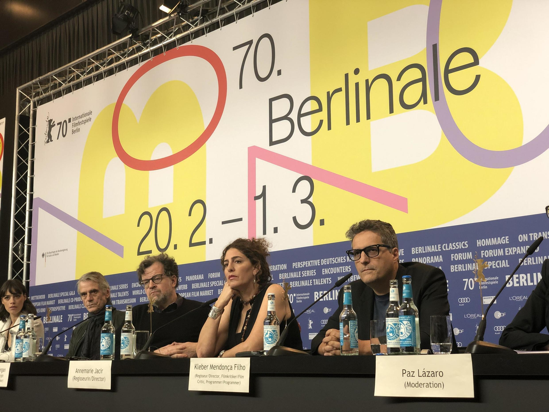 Da direita para a esquerda, Mendonça Filho, ao lado de Annemarie Jacir, Kenneth Lonergan, Jeremy Irons e Berenice Béjo.