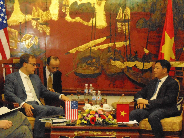 Quyền Đại diện Thương mại Hoa Kỳ Demetrios Marantis gặp thứ trưởng Bộ Kế hoạch và Đầu tư Việt Nam Đặng Huy Đông tại Hà Nội hôm 23/ 4/2013 để thảo luận hiệp định Đối tác kinh tế xuyên Thái Bình Dương (TPP)