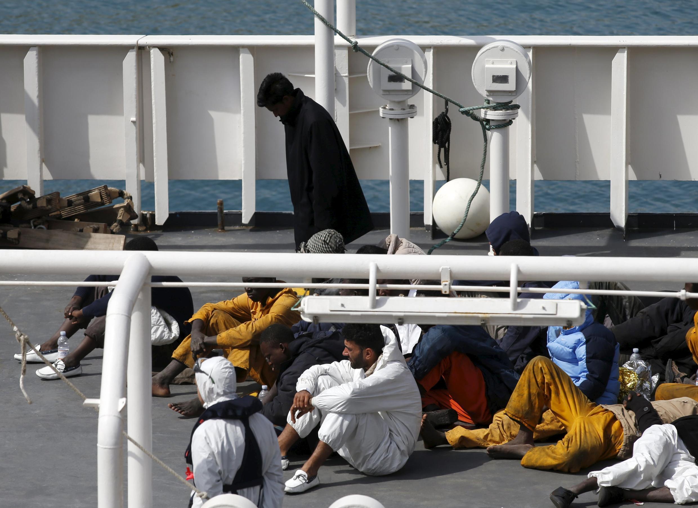 Les survivants du naufrage sur le bateau des gardes-côtes italiens à Senglea, sur l'île de Malte, le 20 avril 2015.