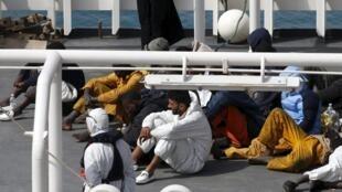 Les survivants du naufrage sur le bateau des garde-côtes italiens à Senglea, sur l'île de Malte, le 20 avril 2015.