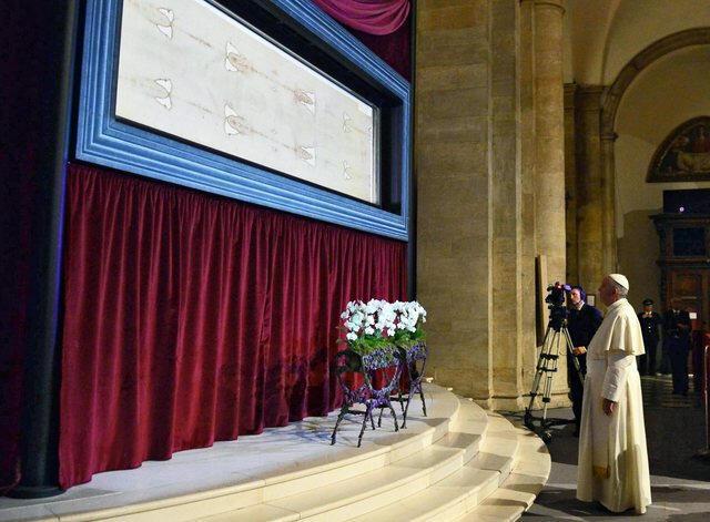 El Papa Francisco ante la Sábana Santa de Turín.