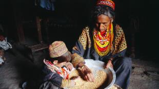 Le tri du maïs chez les femmes kalash.