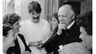 Joseph Wresinski avec des jeunes, lors du 10ème anniversaire de Jeunesse Quart Monde, à Champeaux – Octobre 1985.