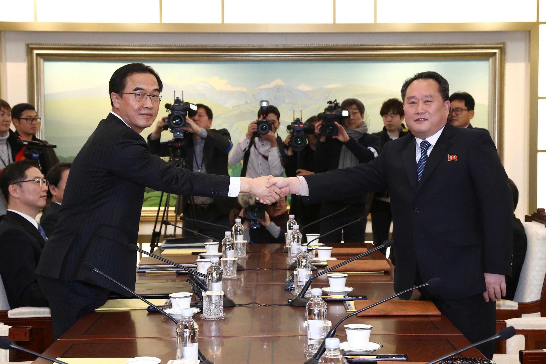 Представители Южной и Северной Кореи ведут первые с 2015 года переговоры на высоком уровне в демилитаризованной зоне